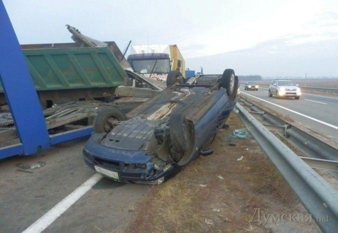На одесской трассе столкнулись 5 грузовиков и одна легковушка (ФОТО)