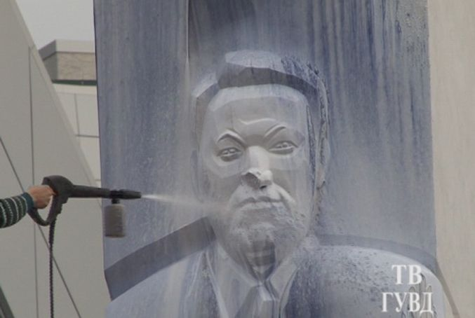 В России вандалы изуродовали памятник Ельцину