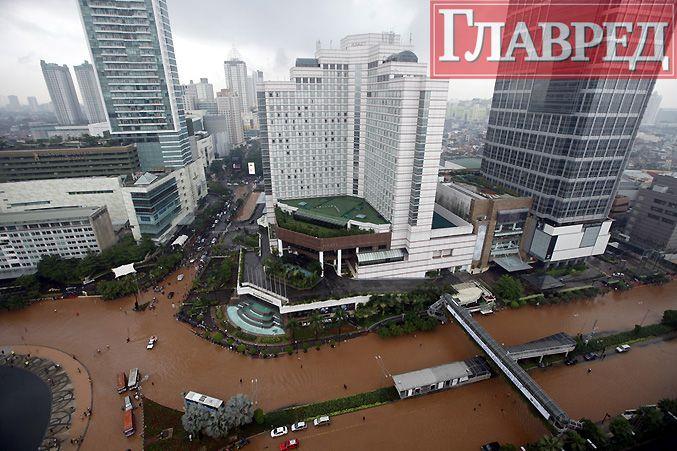 Сильное наводнение в Джакарте: люди по шею в воде передвигаются по городу