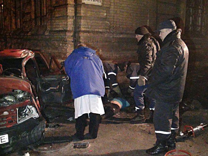 На Донбассе легковушка врезалась в дом, двое погибших