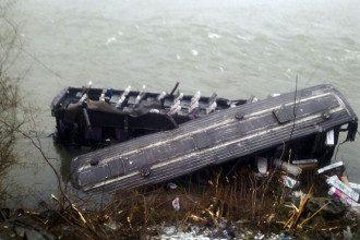На Закарпатье двухэтажный автобус с пассажирами упал в реку