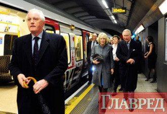 Принц Чарльз впервые за 33 года спустился в метро