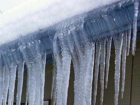 В центре Киева на голову прохожему упала снежная глыба