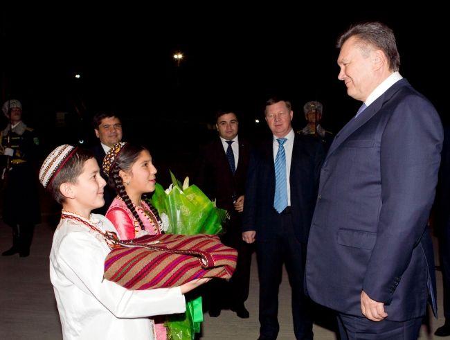 Президент Украины прибыл в Туркменистан