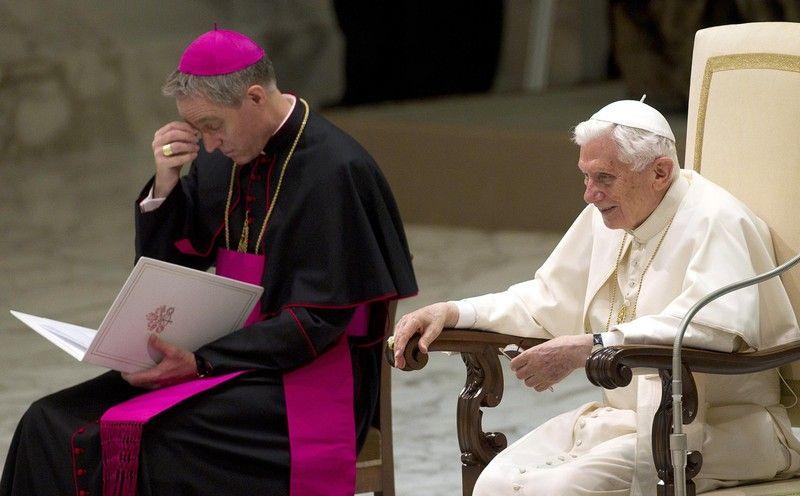 Именно в белом облачении Бенедикт XVI отслужил последнюю мессу