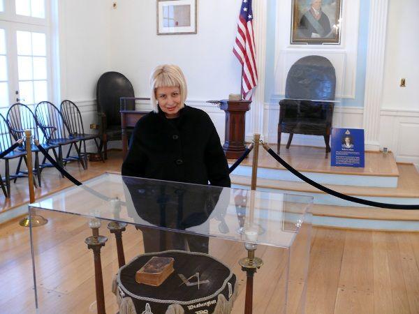 Ганна Герман у залі засідань масонів у Вашингтоні. Фото автора запитання.