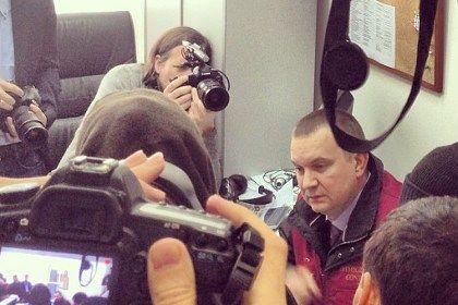 Сотрудник ФМС пытается проверить документы у иностранцев