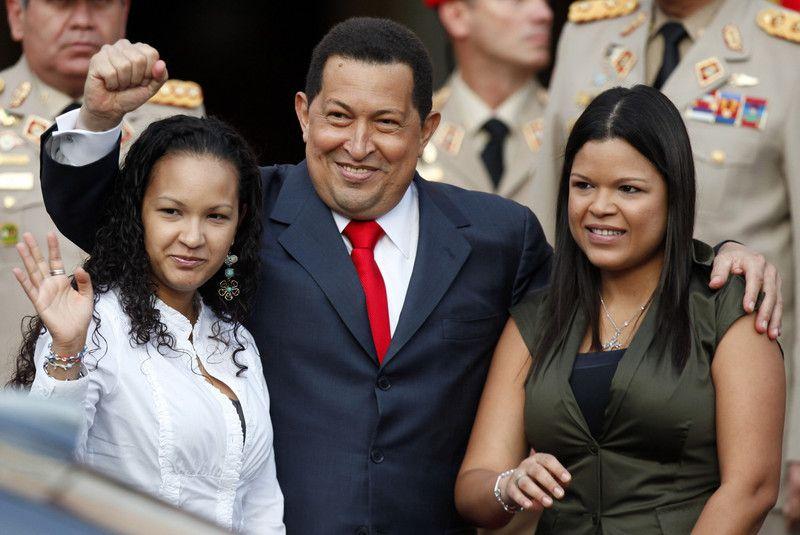 Уго Чавес с дочерьми:Марией Габриэлой и Розой Вирджинией (слева),15 июля 2011 года