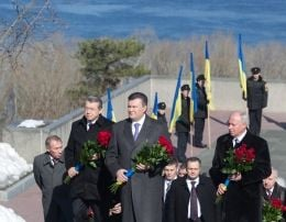 Янукович возлагает цветы памятнику Шевченко в Каневе