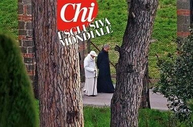 Почетный Папа прогуливается по аллее парка.