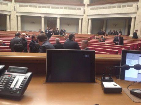 Оппозиция заблокировала Раду еще неделю назад