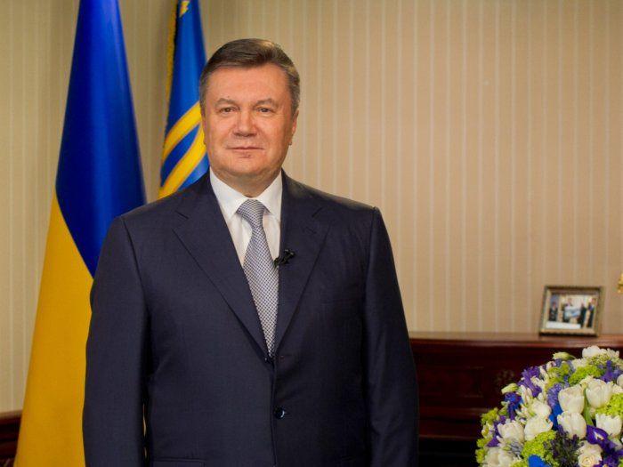Янукович пожелал женщинам цветов любви и уважения