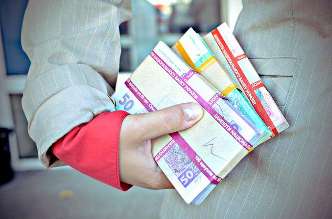 Никто не может заставлять человека распоряжаться его  деньгами