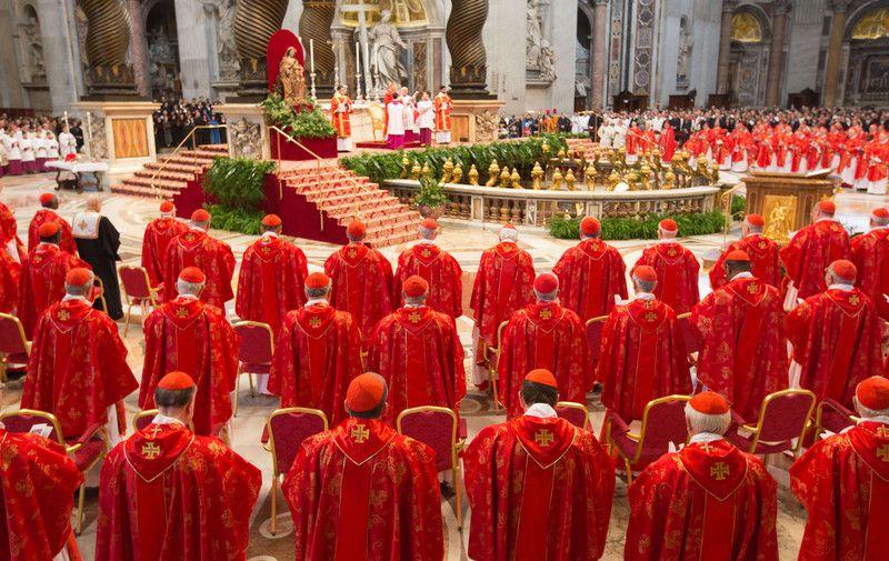 Кардиналы молятся об избраниии нового понтифика