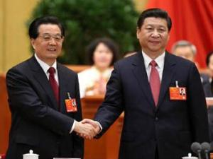Рукопожатие между Ху Цзиньтао и Си Цзиньпином