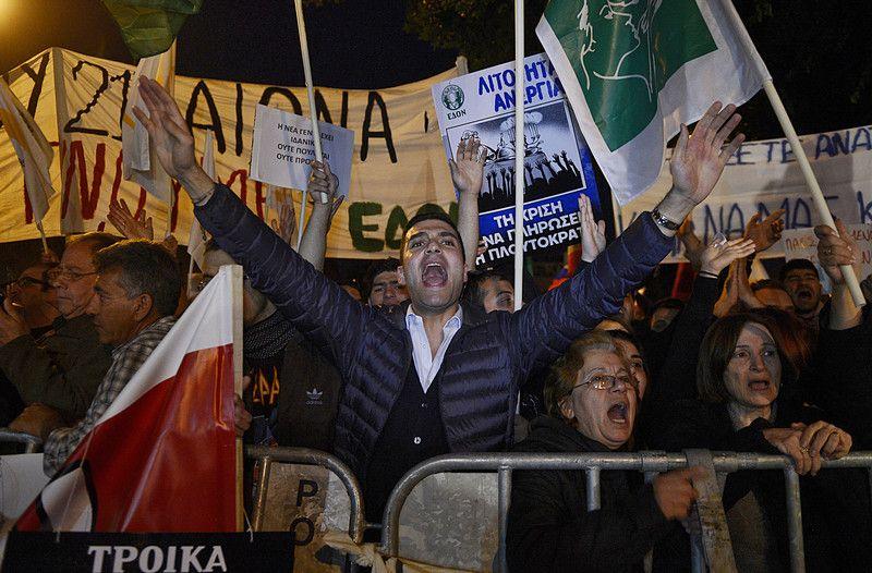 Простые киприоты возмущены намерением властей обложить их вклады налогами
