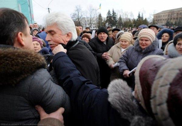 Жители Борзны едва не затоптали голову Борзнянской РГГА Анатолия Дробота, повалив его на землю