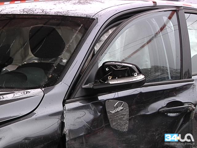 BMW протаранил остановку и киоск