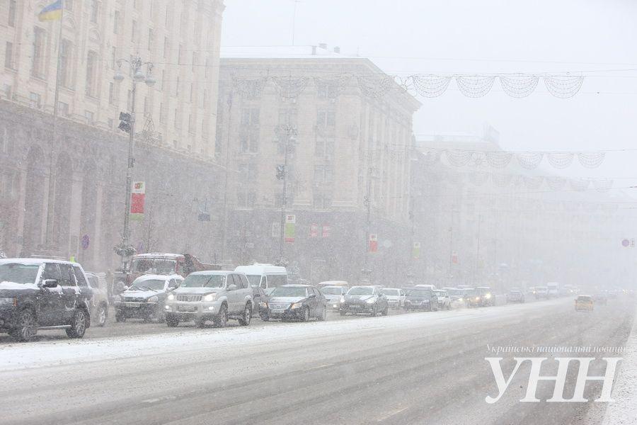 На Киев обрушился снегопад: город стоит в пробках