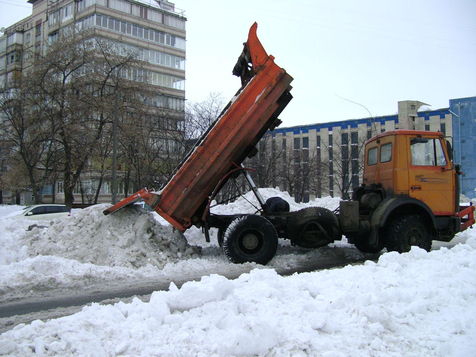 Убранный снег в Киеве сбрасывали где угодно