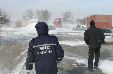 На Львовщине спасатели вытащили из снега автобус с детьми