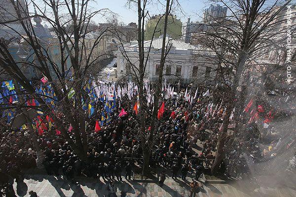 Под Радой собрались около трех тысяч человек