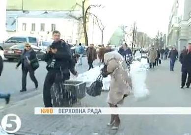Милиция допрашивает 5 свободовцев, забросавших снежками регионалов