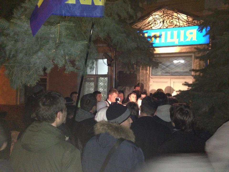 Под Печерским райуправлением милиции собралось более 50 свободовцев