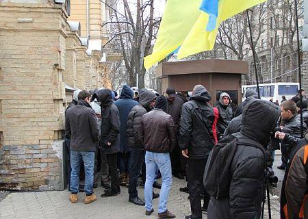 Подходы к зданию парламентских комитетов участники митинга перекрыли