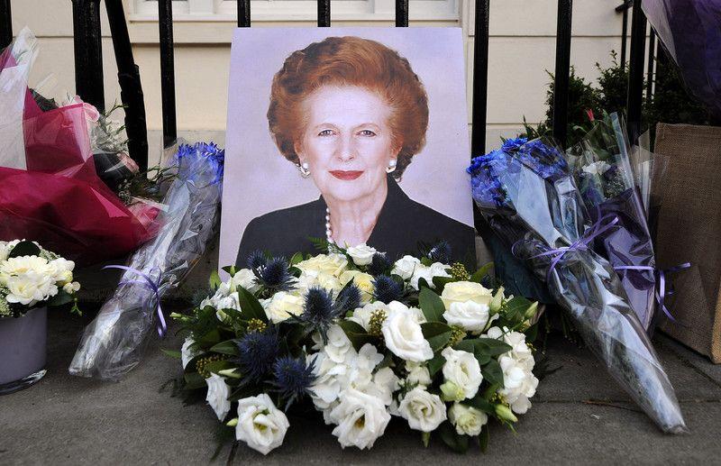 Британцы несут цветы на Даунинг-стрит, 10