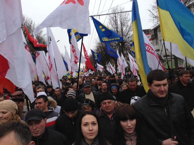 Антифашистский марш регионалов и оппозиционная колонна могут пересечься на Грушевского