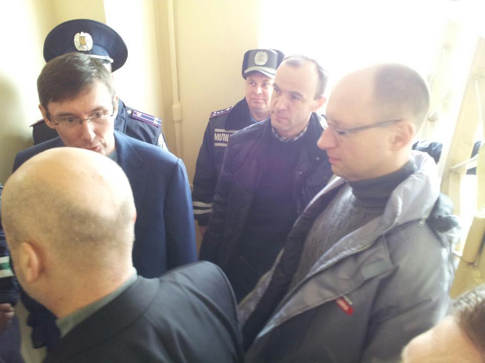 Турчинов, Луценко, Кожемякин и Яценюк 4 часа не могут попасть к Тимошенко