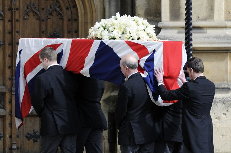 Гроб накрыли британским флагом