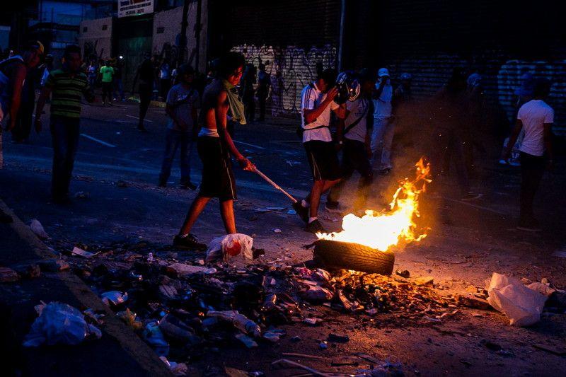 Демонстранты блокируют дороги и жгут шины