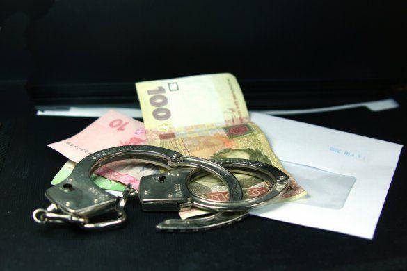 Неправомерная выгода и наручники, иллюстрация