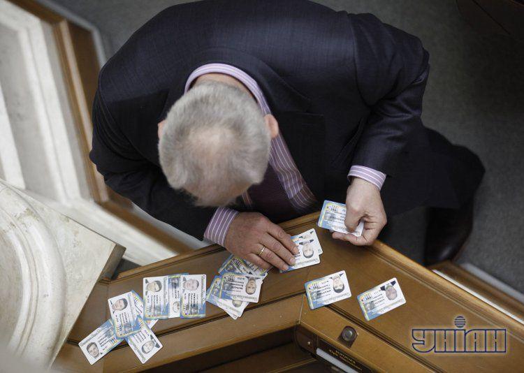 Карточки отсутствующих депутатов традиционно используют их коллеги