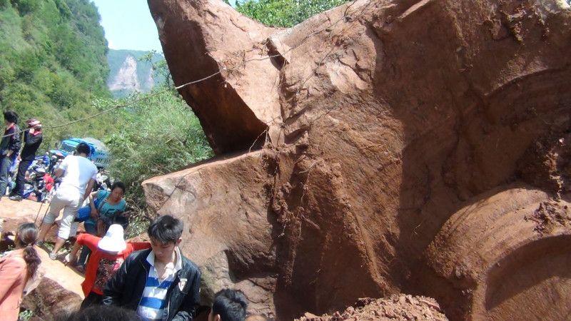Пострадавших от землетрясения в Китае ищут с собаками