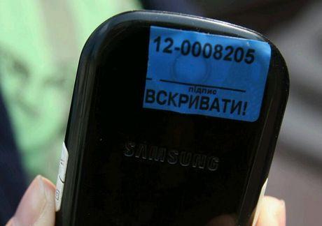Журналистам заклеиили фотокамеры на мобильных