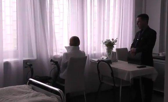 В своей палате Тимошенко провела уже год
