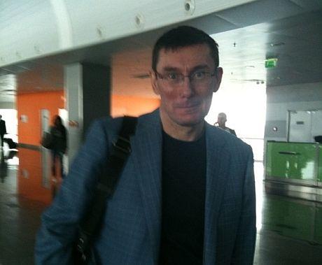 Юрий Луценко в аэропорту