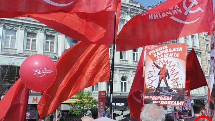 Колонну Компартии забросали красной краской
