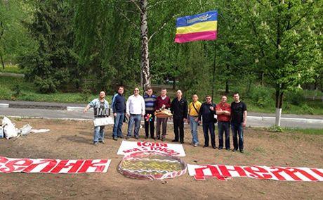 Соратники Тимошенко поздравили ее гигантской крашанкой