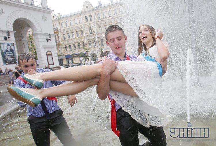 Выпускники традиционно купались в фонтанах