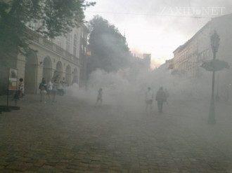 Львовскую ратушу забросали дымовыми шашками
