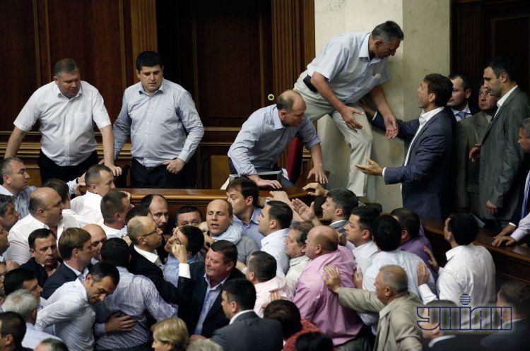 Пока оппозиция блокирует Раду и участвует в драках