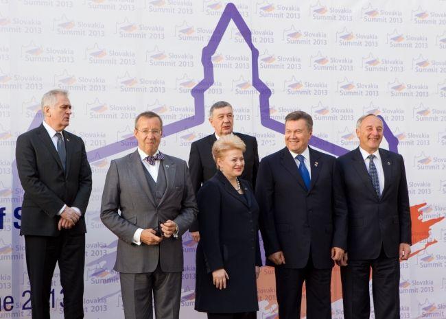 Второй слева - президент Эстонии Тоомас Хендрик Ильвес, третья слева - Даля Грибаускайте, второй справа - Виктор Янукович.