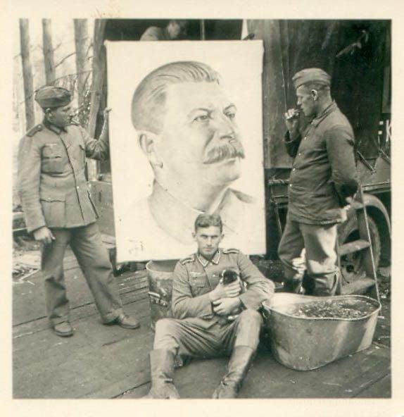Три нациста с портретом Иосифа Сталина
