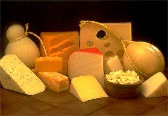 Диетолог сообщила, что сыр лучше есть зрелый, а творог — нормальной жирности