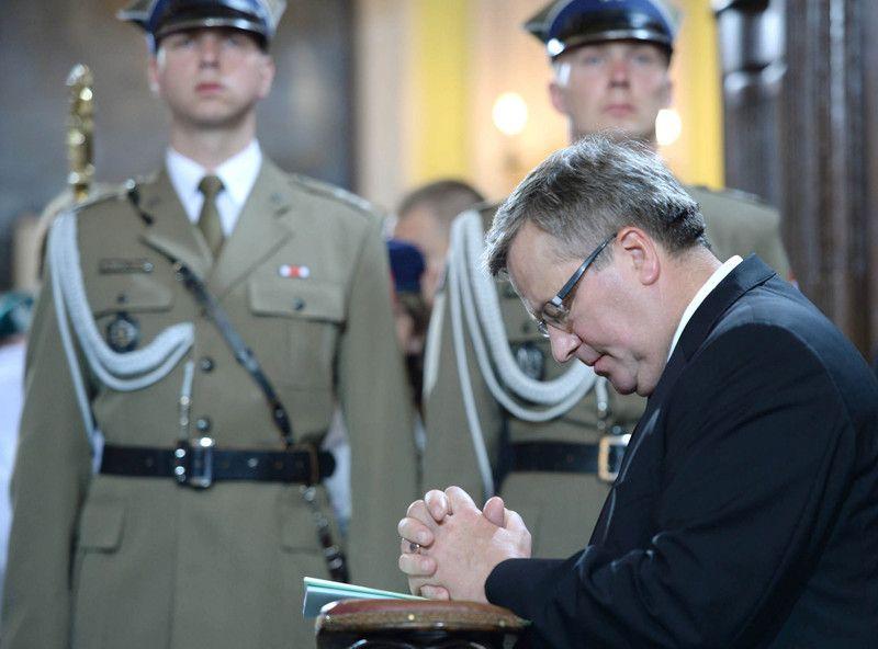 Коморовски во время мессы в Луцке