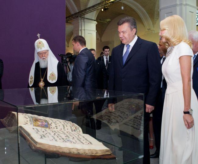 Виктор Янукович и патриарх Филарет на выставке
